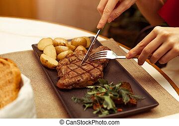 garfo, bonito, corte, carne, carne, restaurante, mãos, foco, steak., femininas, striploin, tabela, knife., onde
