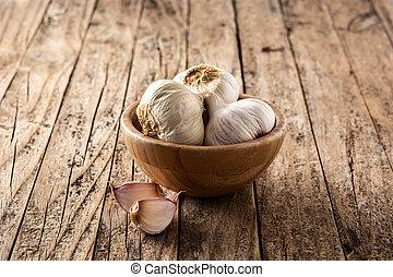 Garlic cloves in a bowl