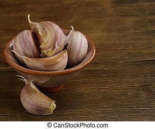 garlic in bowl
