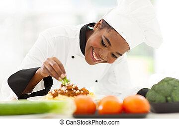 garnishing, chef, africano femenino, plato, espaguetis