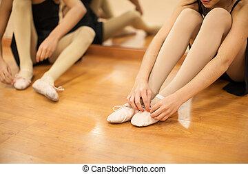 garotinhas, pôr, seu, dança, sapatos, ligado