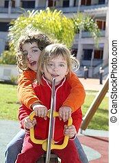 garotinhas, parque, pátio recreio, tocando, pré-escolar