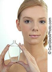 garrafa, mulher, jovem, segurando, perfume