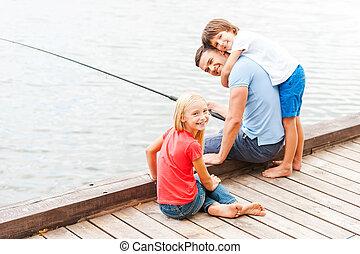 gastando, grande tempo, com, father., feliz, pai, pesca, com, seu, crianças, enquanto, sentando, em, a, riverbank, junto
