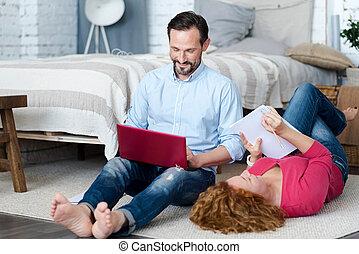 gastando, par, tempo, middle-aged, chão