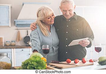 gastando, tempo lazer, pensionistas, feliz, cozinha