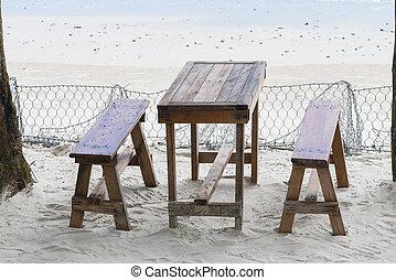 gasthaus, bei, der, sandstrand, tisch, und, bänke, sand, bei, der, meer