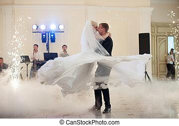gasthaus, verrichtung, elegant, tanz, paar, verheiratet, feiern, wedding, zuerst, glücklich
