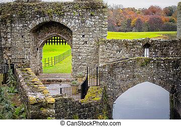 Gate of Leeds castle in Kent, England