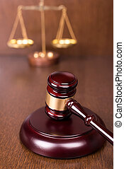 gavel bois, à, balances, sur, table bois, droit & loi, concept