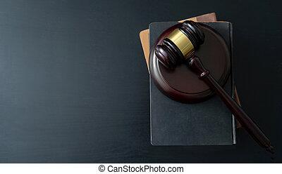 gavel bois, juge, livres, table