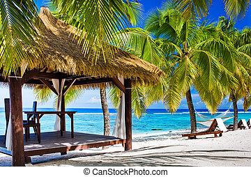 gazebo, met, stoelen, op, verlaten, strand, met, palmbomen