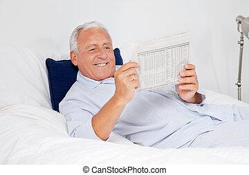 gazeta, odprężony, czytanie, starszy człowiek