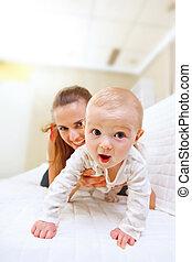 geïnteresseerd, divan, moeder, baby, spelend, vrolijke