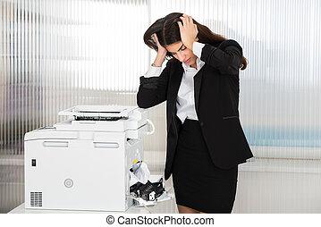 geïrriteerde, businesswoman, kijken naar, papier, stuck, in, printer