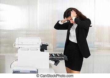 geïrriteerde, businesswoman, kijken naar, printer, machine, op, kantoor