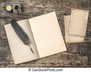 geöffnetes buch, weinlese, schreibende, werkzeuge, federkugelschreiber, und, tintenfaß