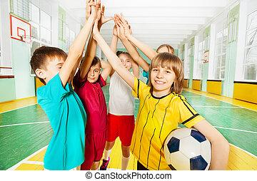 ge sig, fotboll, tillsammans, hög, vinnare, fem, lycklig