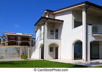 gebäude, kleingarten, recht, unfertig, haus, zwei-geschichte, fertig, neu , weißes, balkon, treppe, links