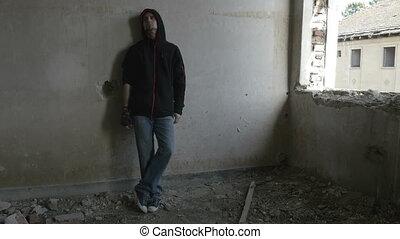 gebäude, verdeckt, verlassen, sitzen, deprimiert, junger mann