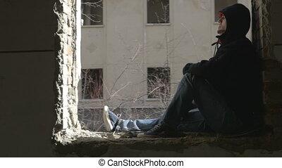 gebäude, verdeckt, verlassen, sitzen, deprimiert, rahmen, junger, fenster, mann