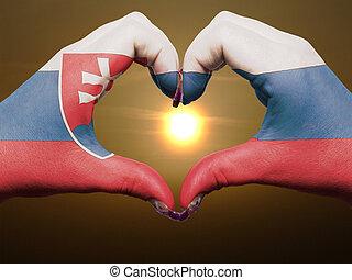 gebaar, gemaakt, door, de vlag van slowakije, gekleurde, handen, het tonen, symbool, van, hart, en, liefde, gedurende, zonopkomst