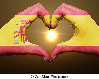 gebaar, gemaakt, door, de vlag van spanje, gekleurde, handen, het tonen, symbool, van, hart, en, liefde, gedurende, zonopkomst