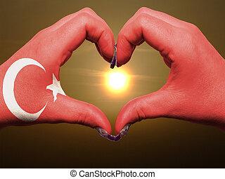 gebaar, gemaakt, door, kalkoen vlag, gekleurde, handen, het tonen, symbool, van, hart, en, liefde, gedurende, zonopkomst