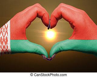 gebaar, gemaakt, door, wit-rusland vlag, gekleurde, handen, het tonen, symbool, van, hart, en, liefde, gedurende, zonopkomst