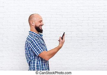 gebaard, mobiele telefoon, glimlachen, gebruik, man, ongedwongen, smart, vrolijke