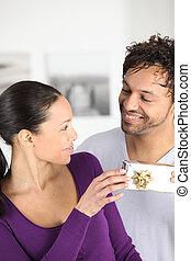 geben, mann, seine, geschenk, ehefrau