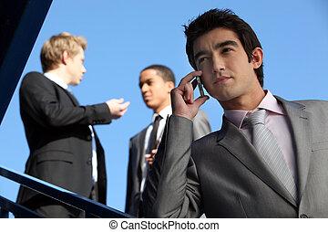 gebouw, buiten, stond, drie, zakenlieden
