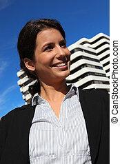 gebouw, businesswoman, buiten, stond