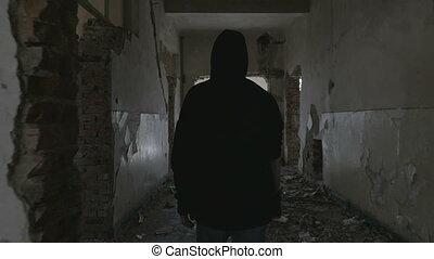 gebouw, hallway, wandelende, hooded, verlaten, jonge, door,...