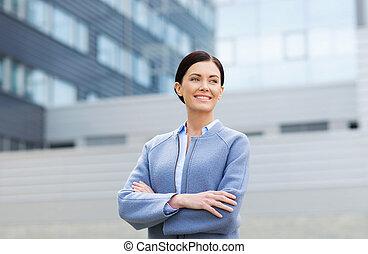 gebouw, kantoor, businesswoman, op, jonge, het glimlachen
