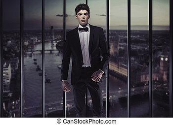 gebouw, serieuze , bovenzijde, jonge man