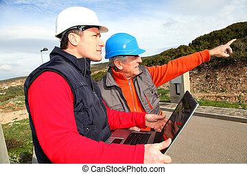 gebouw, werkmannen , het kijken, computer, bouwsector, draagbare computer