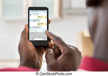 gebrauchend, cellphone, afrikanischer mann