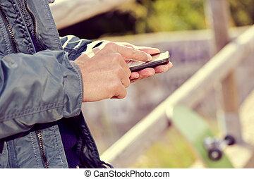 gebrauchend, smartphone, junger mann, draußen
