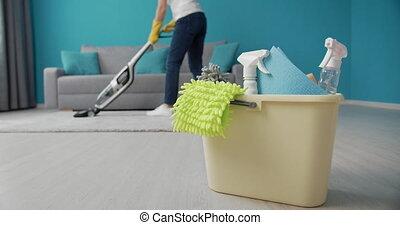 gebrauchend, während, frau absaugung, putzen, teppich, weißes, füllen