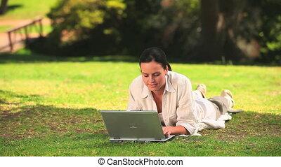 gebruik, buitenshuis, vrouw, draagbare computer