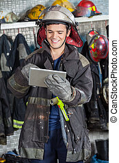 gebruik, digitale , vrolijke , tablet, brandweerman