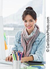 gebruik, het glimlachen, ongedwongen kantoor, vrouw, ...