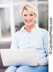 gebruik, oude vrouw, draagbare computer