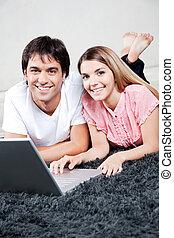 gebruik, paar, draagbare computer, jonge