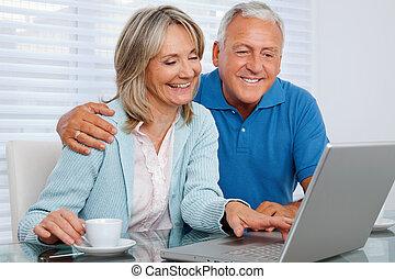gebruik, paar, draagbare computer, vrolijke