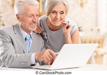 gebruik, paar, thuis, verticaal, draagbare computer, vrolijke
