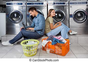 gebruik, paar, wasserij, draagbare computer, oortelefoons