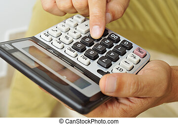 gebruik, rekenmachine, jonge man