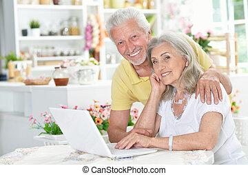 gebruik, senior koppel, draagbare computer, vrolijke